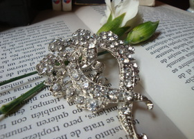 BEAUTIFUL BROOCH MADE WITH SWAROVSKI CRYSTAL