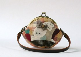 HANDMADE CENTRE KISS CLASP FRAME COIN PURSE