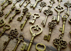 32 Skeleton Key Charms - Assortment in Bronze