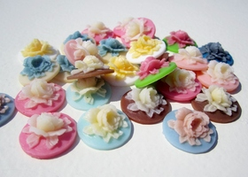 Lot of 20 Flat Back Vintage Style Flower Resins