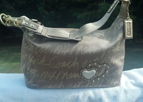 Script Lures Metallic Gold Heart Hobo #F17472