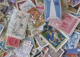 Dinosaurs & 300 + Colorful Foreign Stamps